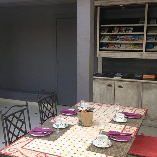 Les tables du Petit Déjeuner Buffet au Patio 34